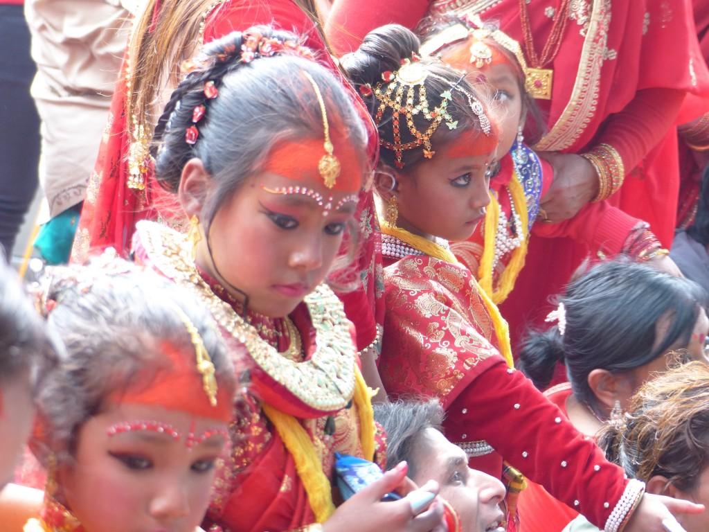 Mädchen werden symbolisch mit Gott Shiva verheiratet